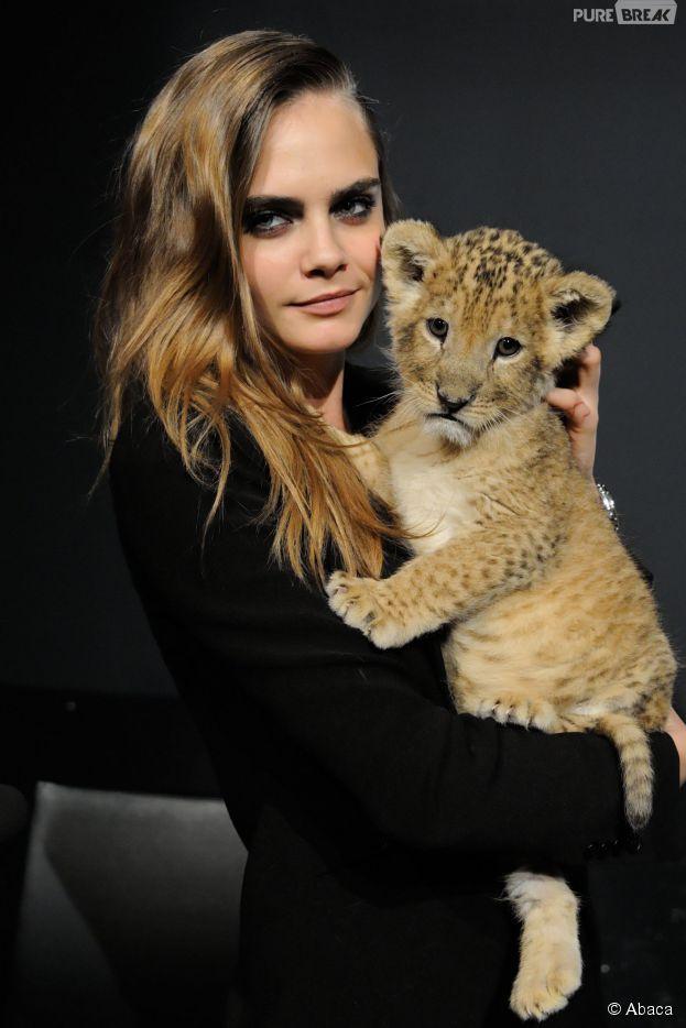 Cara Delevingne et un lionceau trop mignon à la conférence de presse Tag Heuer, le 23 janvier 2015 à Paris