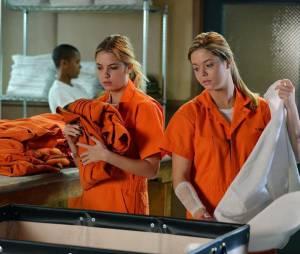 Pretty Little Liars saison 5, épisode 23 : photo d'Hanna (Ashley Benson) et Alison (Sasha Pieterse)
