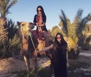 Shay Mitchell : virée à dos de chameau pour l'actrice de Pretty Little Liars
