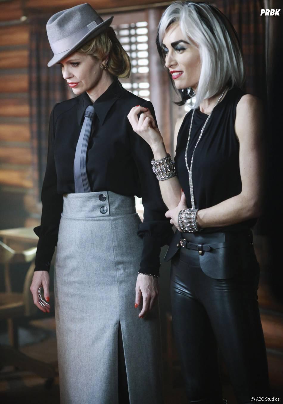 Once Upon a Time saison 4, épisode 15 : Maléfique (Kristin Bauer Van Straten) et Cruella (Victoria Smurfit) sur une photo