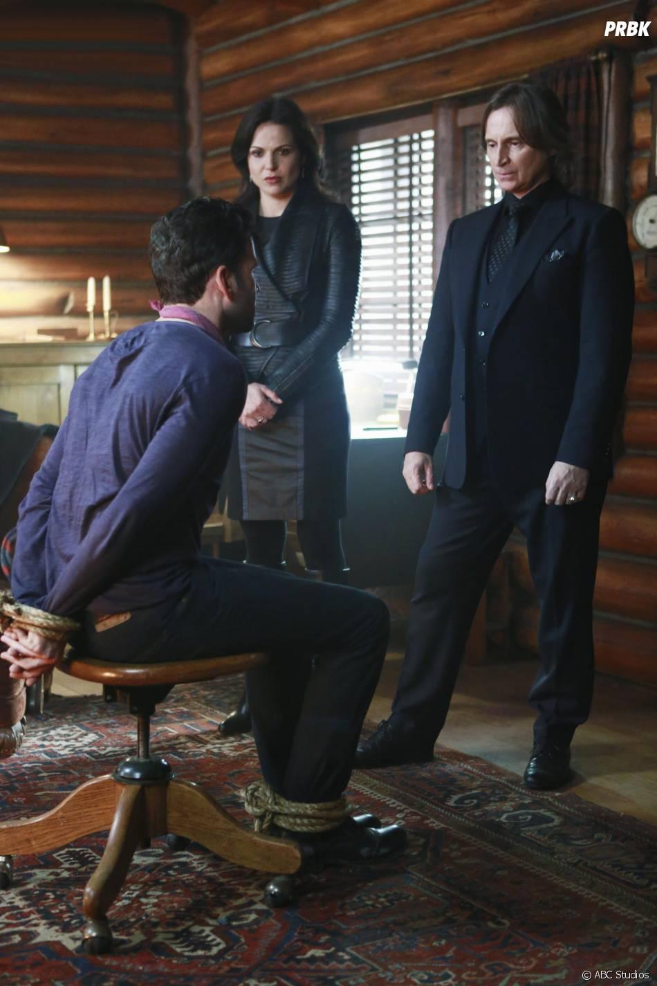 Once Upon a Time saison 4, épisode 15 : Lana Parrilla (Regina), Robert Carlyle (Gold) et Eion Bailey (August) sur une photo