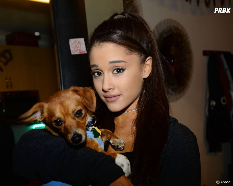 Ariana Grande offre un cadeau qui a du chien à ses fans lors de ses concerts à New York, le 21 mars 2015
