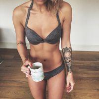 Caroline Receveur sexy en bikini sur Instagram... pour promouvoir sa marque de thé