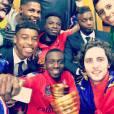 Blaise Matuidi en mode selfie avec le trophée de la Coupe de la Ligue, le 11 avril 2015