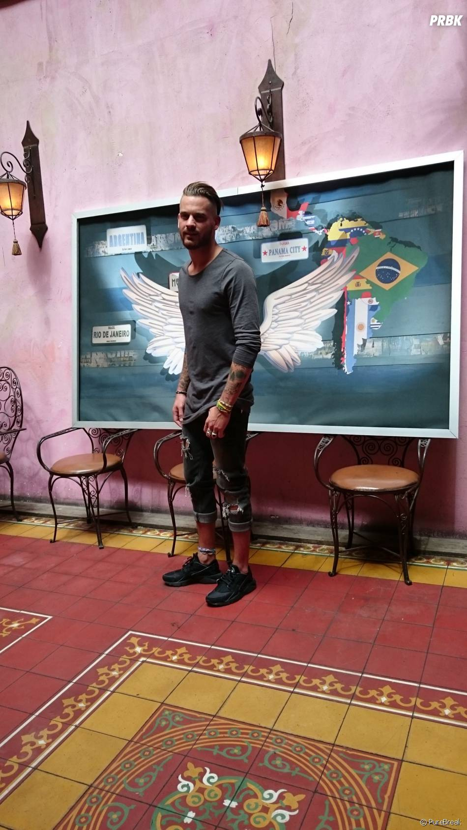 Les Anges 7 : Raphaël prend la pose lors de la séance de dédicaces au Barrio Latino, le 26 mai 2015