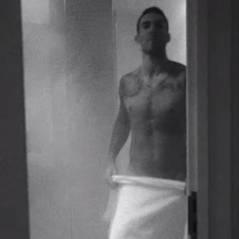 Adam Levine torse nu et fesses à l'air dans le nouveau clip de Maroon 5, déjà la polémique