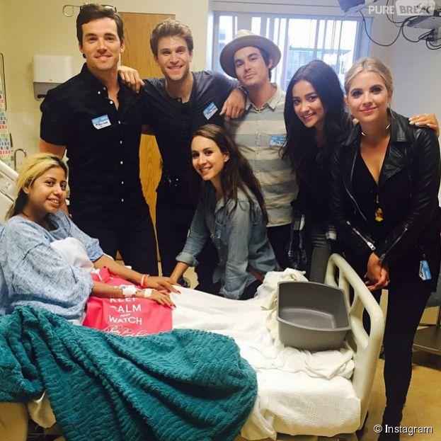 Ian Harding,Keegan Allen, Troian Bellisario, Ashley Benson, Troian Bellisario et Tyler Blackburn (Pretty LittleLiars) ont rendu visite à des enfants malades, le 2 juin 2015