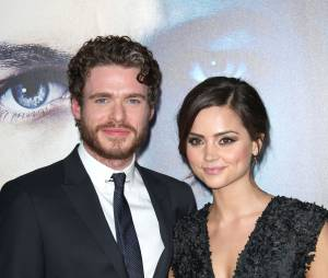 Richard Madden et Jenna Coleman en couple sur le tapis rouge de la saison 3 de Game of Thrones, le 18 mars 2013
