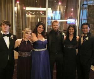 Kellan Lutz prend la pose avec Brianna et ses amis avant leur bal de promo en juin 2015
