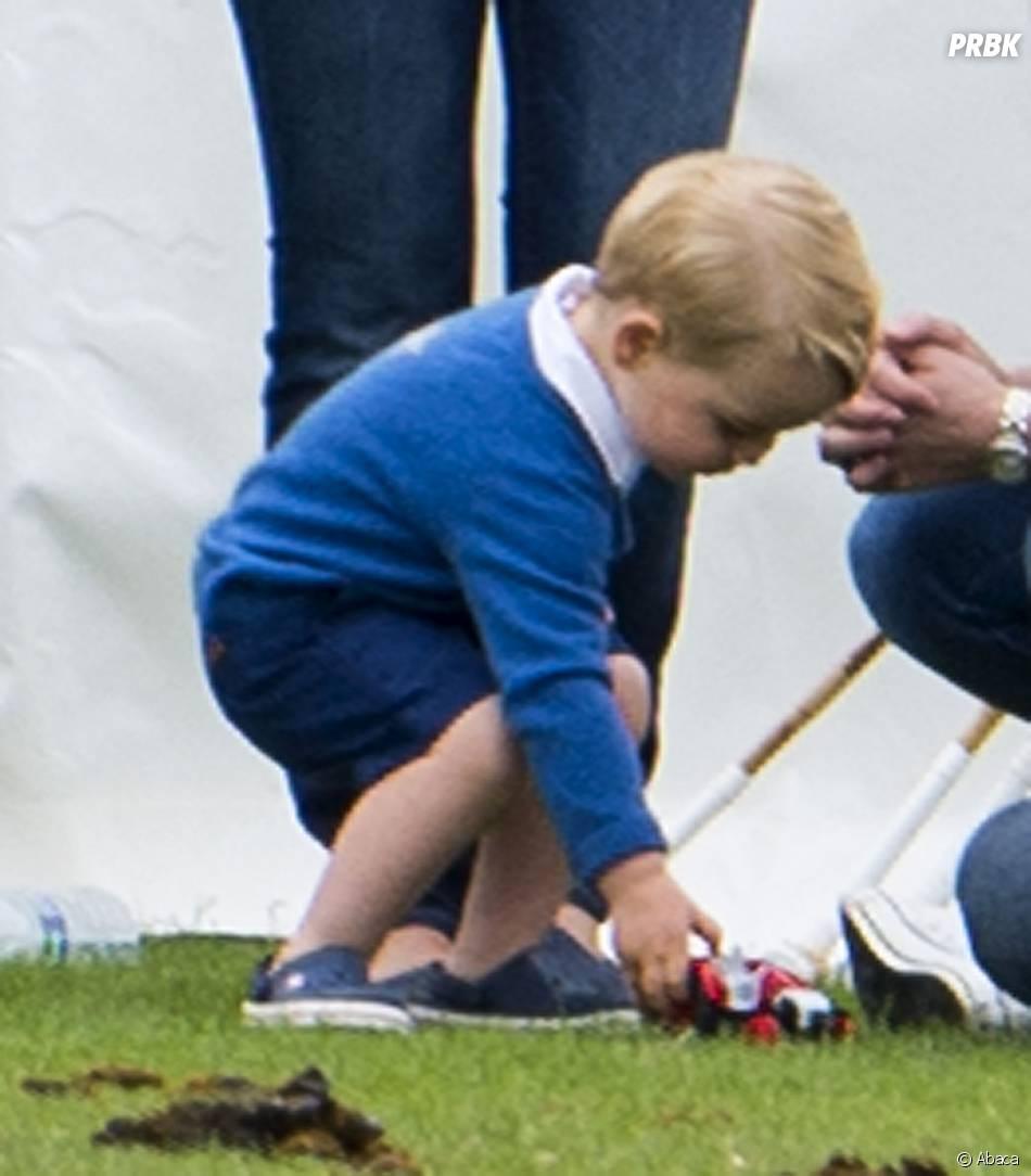 Prince George et sa petite voiture pendant un match de polo de charité, le 14 juin 2015
