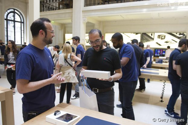 Des clients découvrent leur nouvelle Apple Watch à l'Apple Store Opéra, le 17 juin 2015