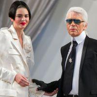 Kendall Jenner : maquillage flippant et coupe de cheveux improbable au défilé Chanel à Paris