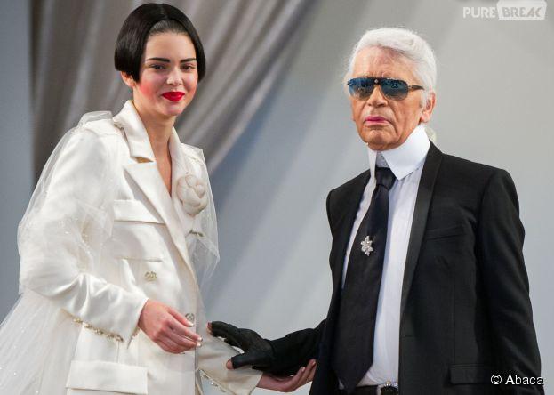 Kendall Jenner avec Karl Lagerfeld lors du défilé Chanel Automne-Hiver, le 7 juillet 2015 à Paris