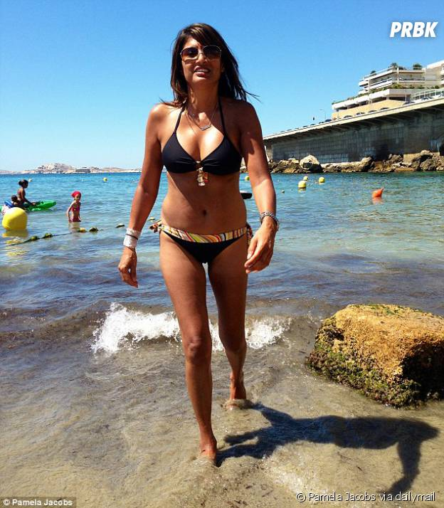 Pamela Jacobs superbe à la mer