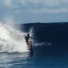 Hallucinant : il surfe l'une des plus célèbres vagues du monde... à moto !