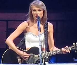 """Taylor Swift interprète """"Ronan"""" sur scène, en hommage à un enfant mort du cancer, le 17 août 2015"""