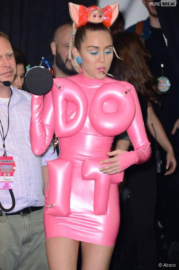 Miley Cyrus fait circuler un joint (?) dans la press room des MTV Video Music Awards 2015