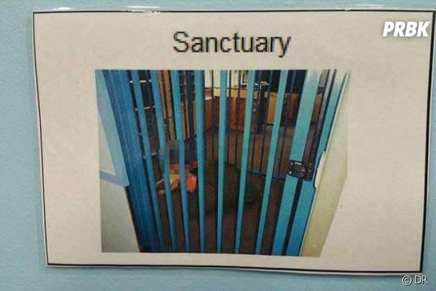 Un enfant dormant dans la cage