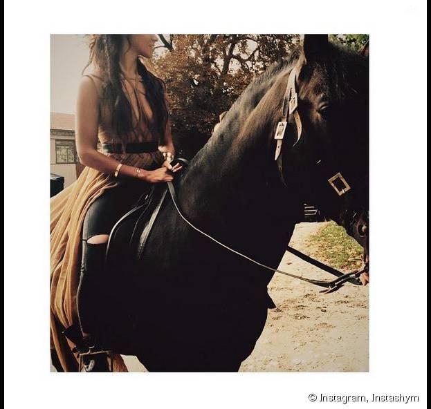 """Shy'm décolletée sur un cheval pour son nouveau clip """"Il faut vivre"""""""