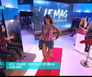 Julia Paredes (Les Anges) défile pour la première fois dans un maillot de bain créé par Afida Turner, le 27 octobre 2015, dans Le Mag de la télé-réalité