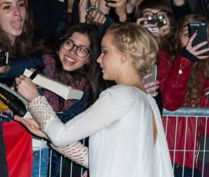Jennifer Lawrence en pleine séance d'autographes à l'avant-première de Hunger Games 4 à Paris le 9 novembre 2015