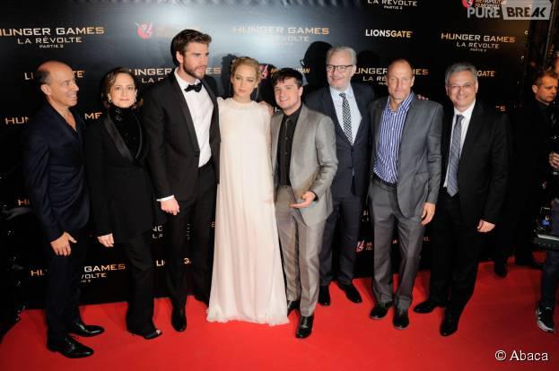 L'équipe de Hunger Games 4 dont Jennifer Lawrence, Josh Hutcherson et Liam Hemsworht à l'avant-première du film à Paris le 9 novembre 2015