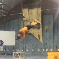 Rayane Bensetti : entraînement sexy et acrobatique dans les coulisses de son nouveau film