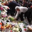 Attentats à Paris : les Parisiens se recueillent près du Bataclan