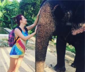 Gaëlle (Les Ch'tis) et un éléphantpendant ses vacances en Thaïlande