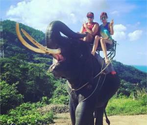 Gaëlle (Les Ch'tis) à dos d'éléphantpendant ses vacances en Thaïlande