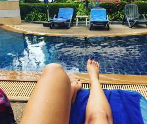 Gaëlle (Les Ch'tis) : petite pause à la piscine pendant ses vacances en Thaïlande