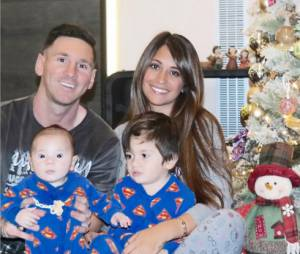 Lionel Messi pose avec ses fils Mateo et Thiago et son épouse Antonella Roccuzzo