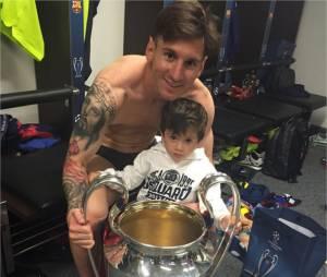 Lionel Messi et son fils Thiago sur une photo