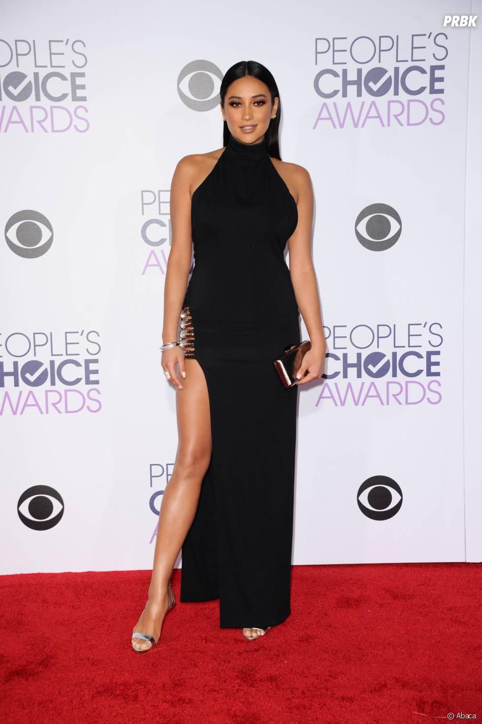 People's Choice Awards 2016 : Shay Mitchellsur le tapis rouge le 6 janvier