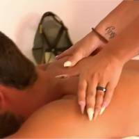 Nikola (Les Princes de l'amour 3) charmé par Coraline : un massage... et bientôt un strip tease