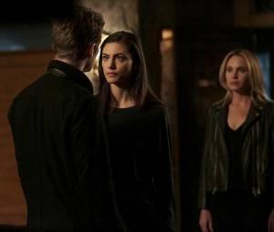 The Originals saison 3, épisode 11 : Hayley (Phoebe Tonkin) et Cami (Leah Pipes) face à Klaus (Joseph Morgan) sur une photo