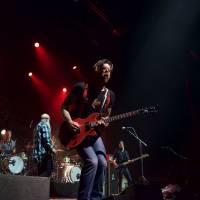 Eagles of Death Metal en concert : minute de silence et guitare bleu, blanc, rouge à l'Olympia