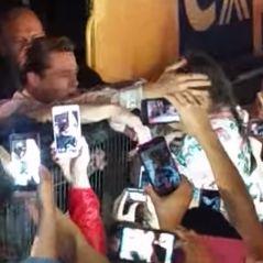 Brad Pitt sauve une petite fille de la foule hystérique