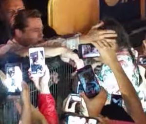 Brad Pitt a sauvé une fan de la foule hystérique !