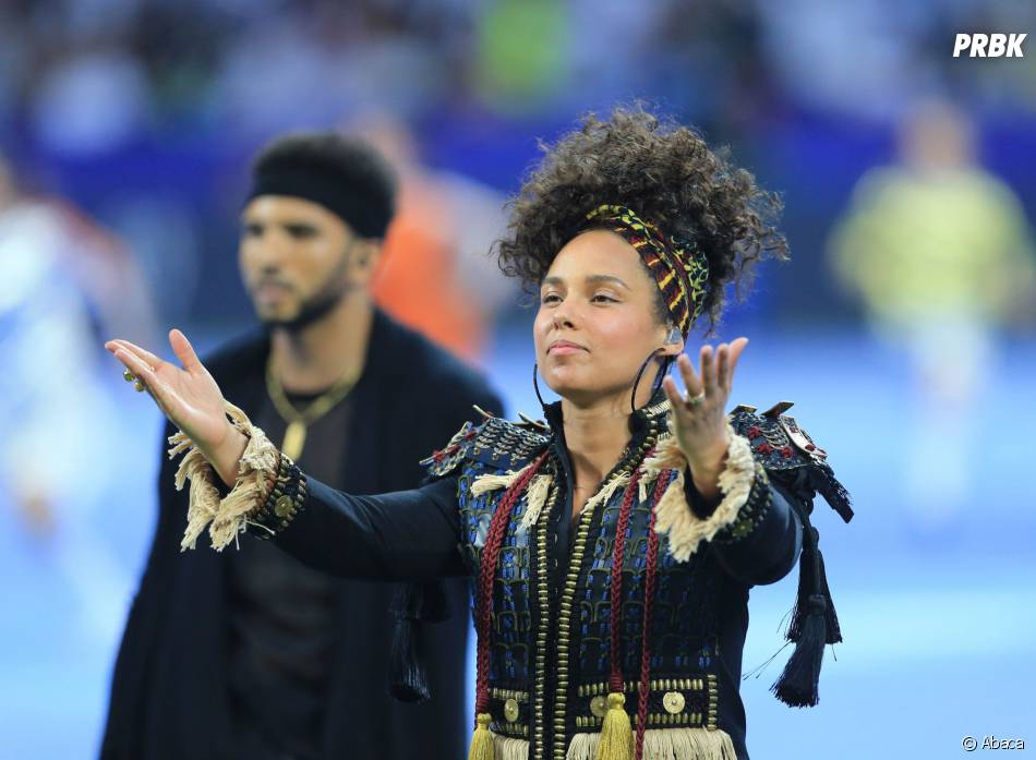 Alicia Keys sans maquillage      l      ors de la cérémonie de la finale de football de la Ligue des Champions 2016
