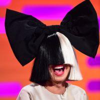 Sia dévoile son visage en concert... à cause du vent 🌪