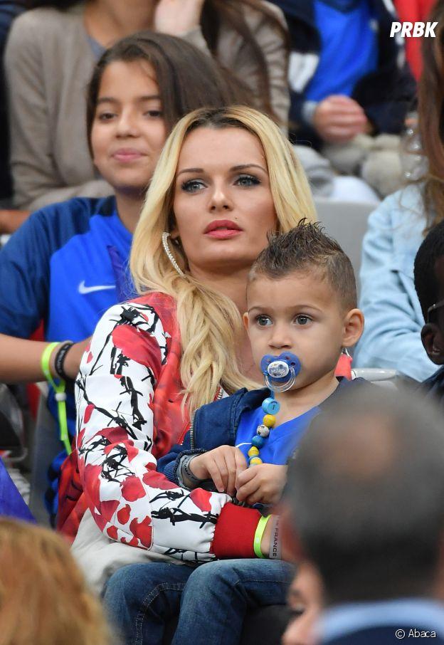 Ludivine Payet et son fils Noa pendant le match France-Islande le 3 juillet 2016