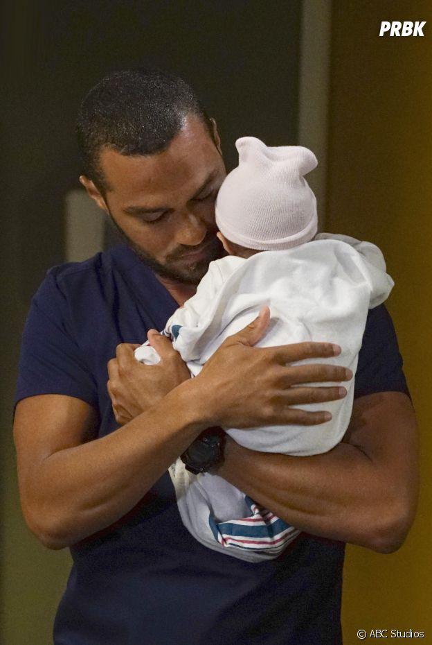 Grey's Anatomy saison 13 : Jesse Williams (Jackson) et sa fille sur une photo de l'épisode 1