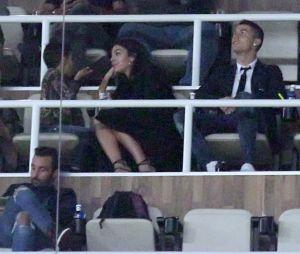 Cristiano Ronaldo et Georgina Rodriguez : les photos complices dans les gradins du stade Santiago à Madrid.