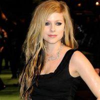 Avril Lavigne chante pour Alice au Pays des Merveilles