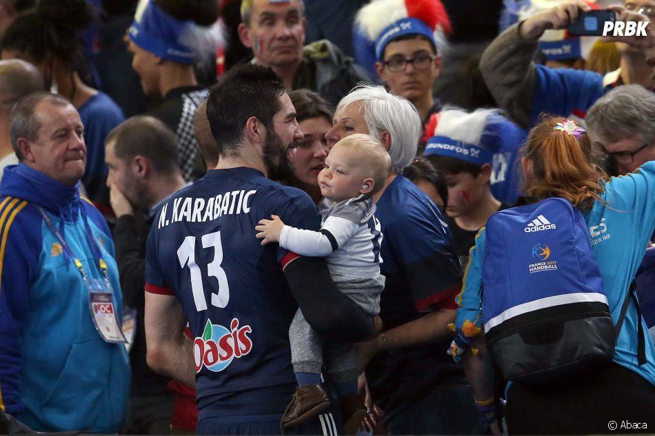 Mondial de Handball 2017 : Nikola Karabatic fête la victoire des Bleus en demi-finale en famille, avec sa mère, sa compagne et leur fils Alek.