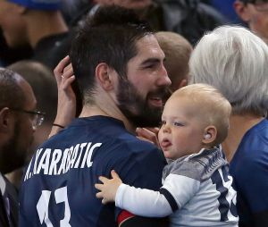 Mondial de Handball 2017 : Nikola Karabatic fête la victoire des Bleus en demi-finale avec son fils Alek.