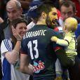 Nikola Karabatic, complice avec son fils Alek après avoir remporté la demi-finale du Mondial de Handball 2017 avec les Bleus.