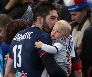 Nikola Karabatic fête sa victoire avec son fils Alek.