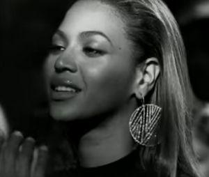 """Beyoncé enceinte : la star porte les mêmes boucles d'oreilles que dans son clip """"If I Were a Boy""""."""